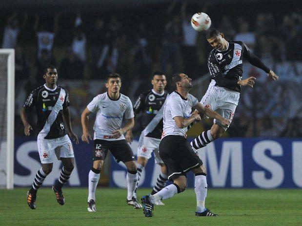 Danilo disputa a bola com o ex-corinthiano Nilton