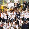 Alessandro levantando a ta�a de Campe�o da Libertadores