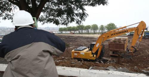 Funcion�rios trabalham na limpeza do terreno