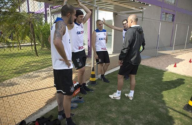 Goleiros do Corinthians vestindo a camisa nova de treino