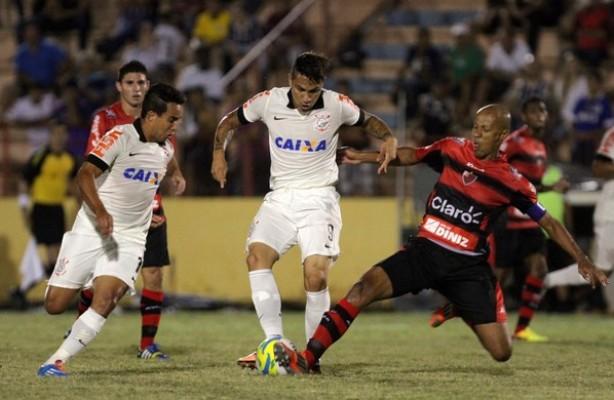 Jadson marcou seu gol de estreia e Guerrero saiu aplaudido pela torcida