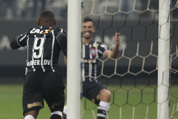 Vagner Love fez o primeiro gol da partida