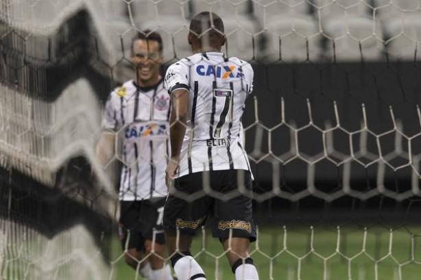Com passe de Jadson, Elias marcou seu primeiro gol no Brasilerão