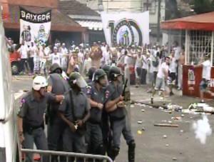 Antes da Final, torcida do Santos entra em confronto com a PM