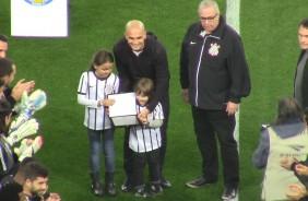 Fabio Santos � homenageado na Arena Corinthians
